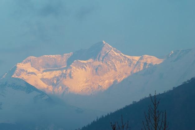 Sonnenaufgang am berg annapurna süd, nepal