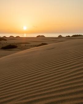 Sonnenaufgang am frühen morgen in den dünen von maspalomas