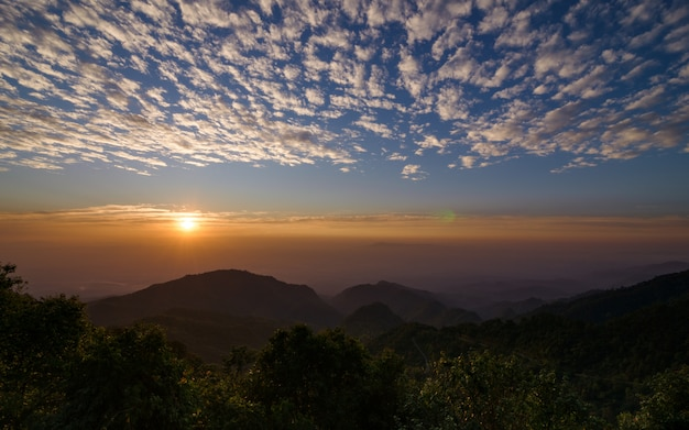 Sonnenaufgang am monson viewpoint bei doi angkhang, chiang mai thailand