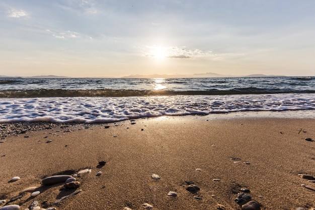 Sonnenaufgang am strand, rafina stadt, griechenland