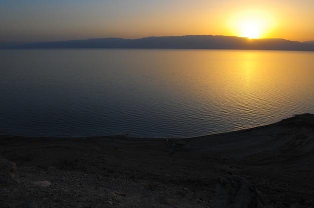 Sonnenaufgang am toten meer israel am ufer