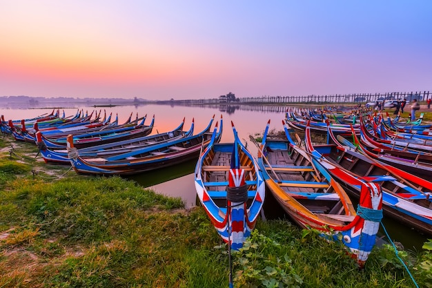 Sonnenaufgang an brücke u bein mit boot, mandalay, myanmar.