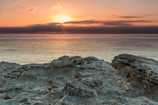 Sonnenaufgang an der küste von escullos. naturpark cabo de gata. spanien.