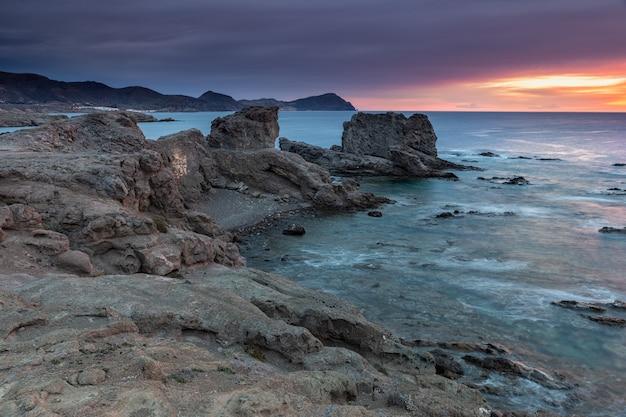 Sonnenaufgang an der küste von escullos. naturpark cabo de gata.