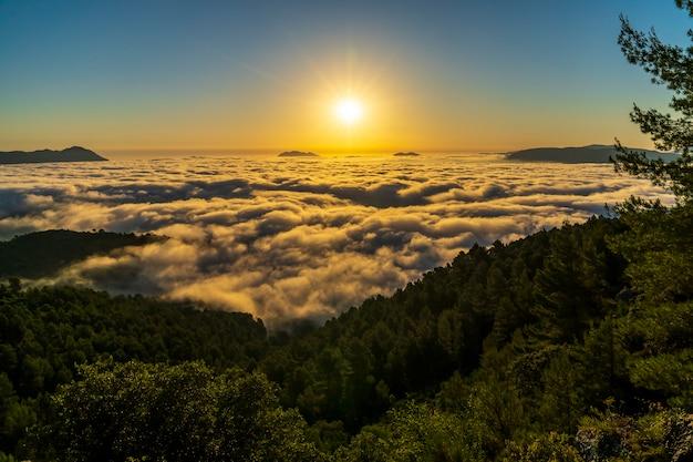 Sonnenaufgang ansichten vom montcabrer berg an einem tag mit wolken, cocentaina.