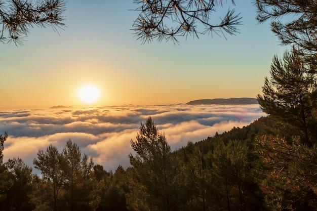 Sonnenaufgang ansichten vom montcabrer berg an einem tag mit wolken, cocentaina