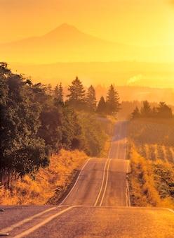 Sonnenaufgang auf chapman road mit mount hood im abstand