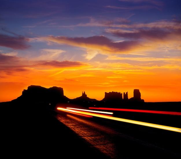 Sonnenaufgang auf der us scenic road zum monument valley park