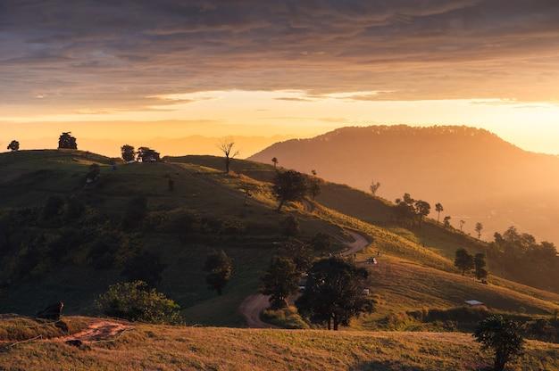Sonnenaufgang auf hügel und touristen, die im urlaub im nationalpark bei doi mae tho campen