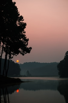 Sonnenaufgang bei pang ung (pang tong-reservoir), provinz mae hong son, thailand