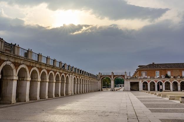 Sonnenaufgang durch die wolken am königspalast von aranjuez in madrid