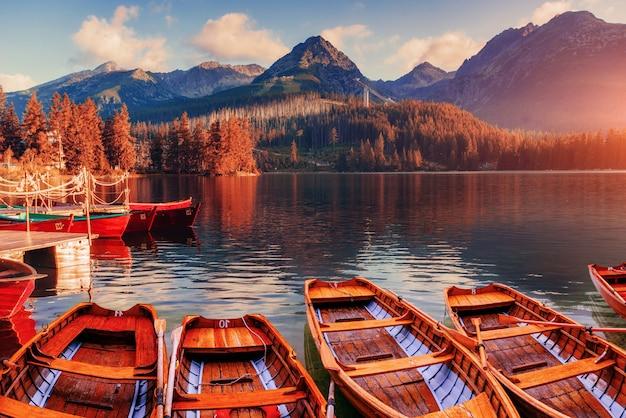 Sonnenaufgang. fantastische shtrbske pleso hohe tatra. slowakei, europa