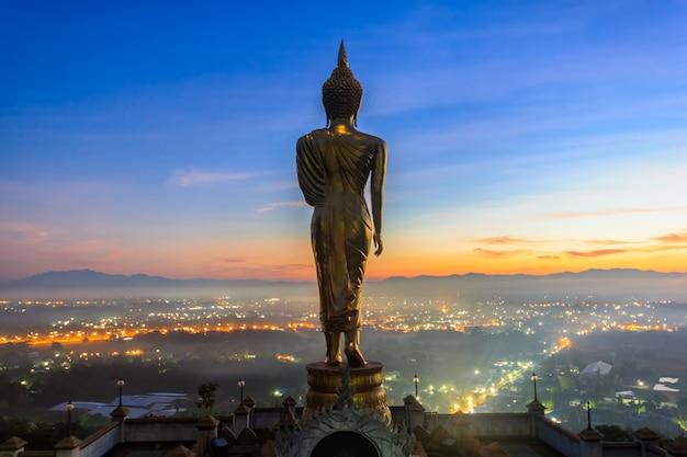 Sonnenaufgang, goldene buddha-statue in tempel khao noi, nan province, thailand