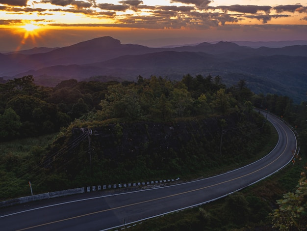 Sonnenaufgang im gesichtspunkt nationalparks doi inthanon, bei chiang mai province, nord von thailand.