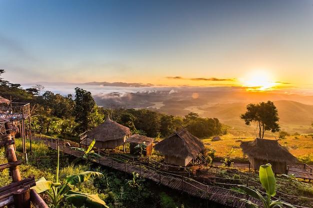 Sonnenaufgang im norden von thailand über den brennpunkt des goldenen dreiecks