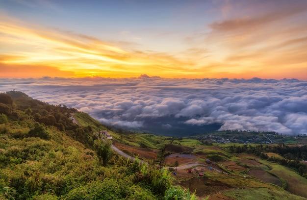 Sonnenaufgang in den bergen mit wolken und nebel