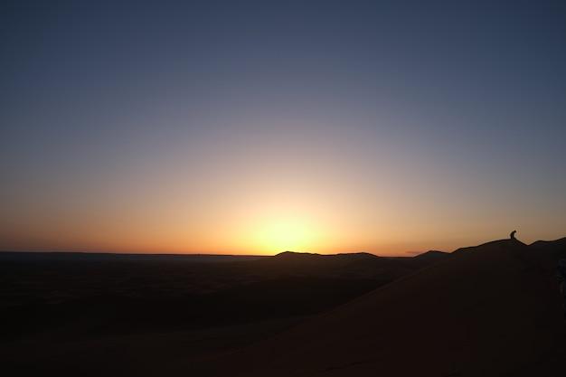 Sonnenaufgang in der sahara-wüste. merzouga, marokko.