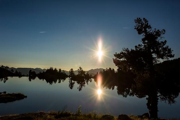 Sonnenaufgang in josep maria blanc zuflucht, aiguestortes und sant maurici nationalpark, spanien