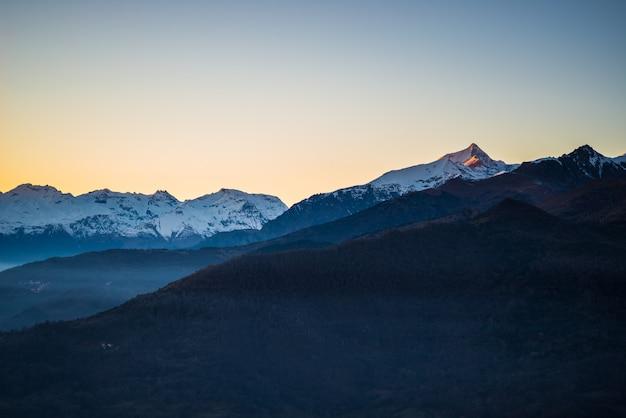 Sonnenaufgang in schneebedeckten bergen
