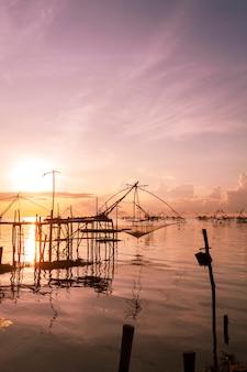 Sonnenaufgang mit fischfangfalle in pak pra-dorf, phatthalung thailand