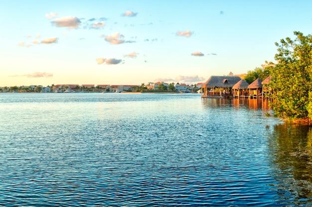 Sonnenaufgang über dem meer in cancun, quintana roo. bunter sonnenuntergang über dem ozean. schöner strand in der riviera maya während der ruhe des meeres.