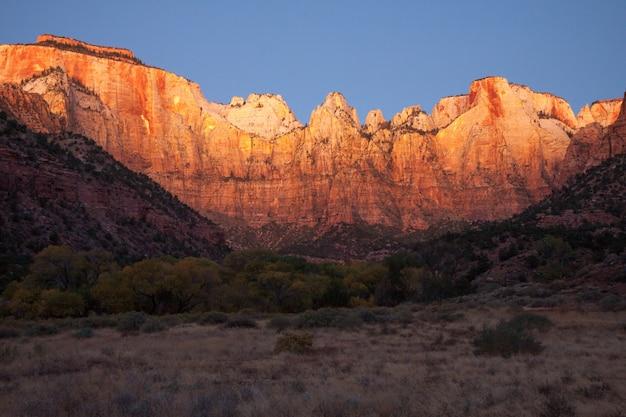 Sonnenaufgang über dem westtempel und dem opferaltar