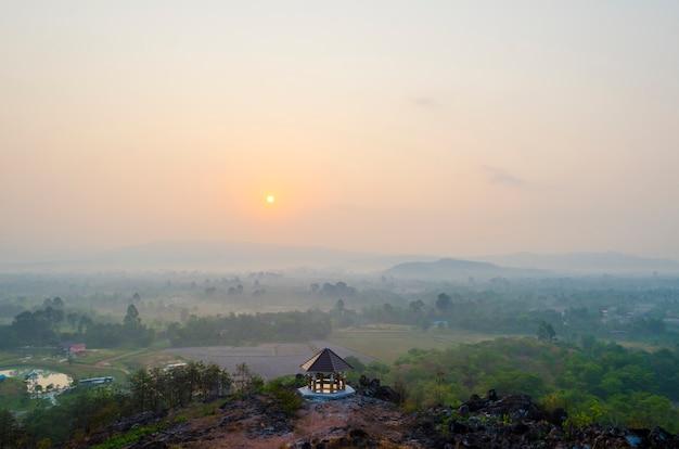 Sonnenaufgang über den hügeln, die mit pavillon ausdehnen, nakhonnayok thailand