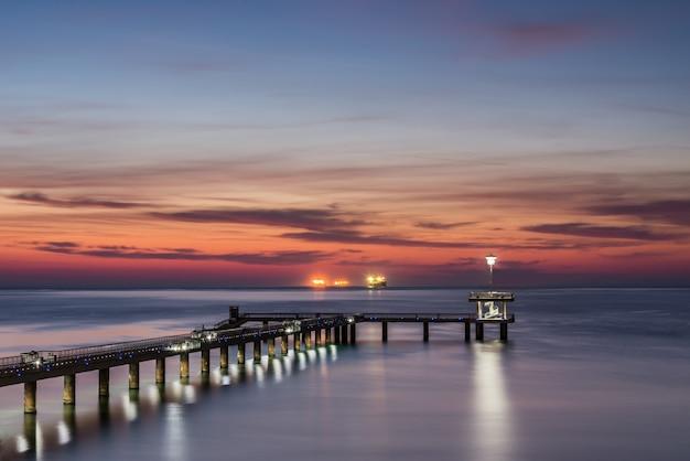 Sonnenaufgang über der seebrücke in burgas-bucht