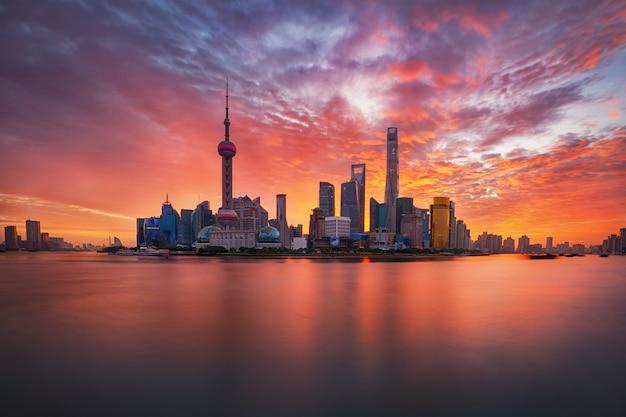 Sonnenaufgang über lujiazui skyline und huangpu fluss, shanghai, china