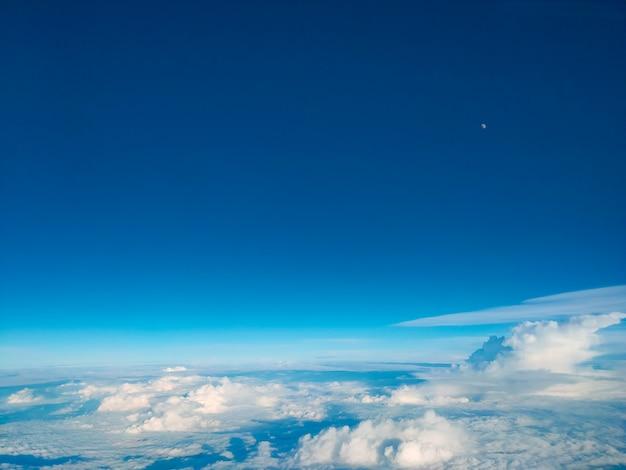 Sonnenaufgang über wolken vom flugzeugfenster. heller blauer himmel oberstes horizontales ansicht copyspace. reisekonzept blick auf den motor.