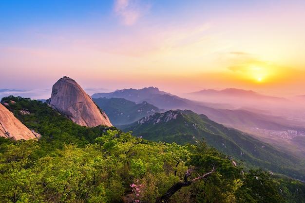 Sonnenaufgang von bukhansan-berg in seoul city