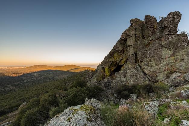 Sonnenaufgang von einem berg neben der sierra de fuentes. spanien.