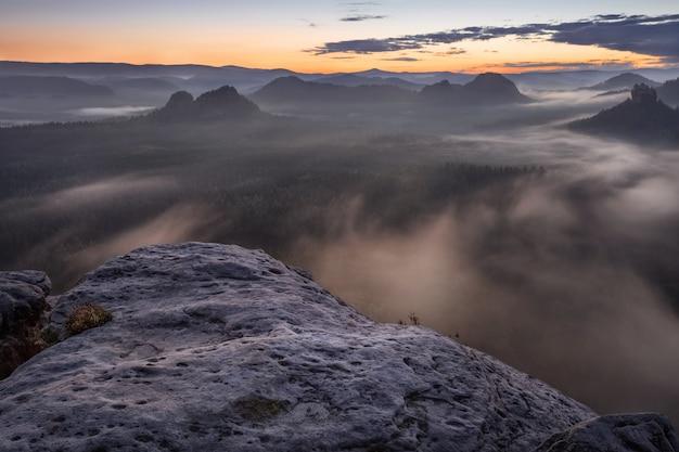 Sonnenaufgang von kleiner winterberg, sächsische schweiz