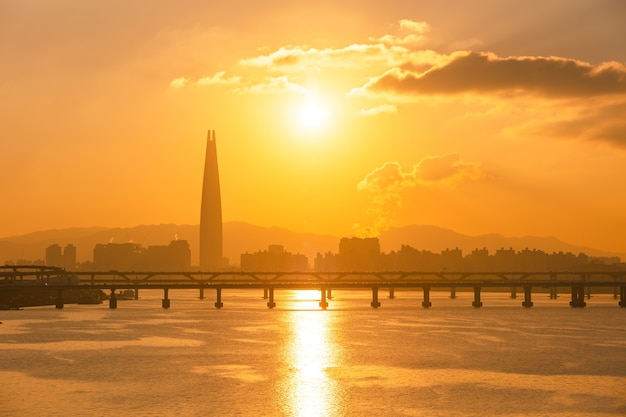 Sonnenaufgang von seoul city und han river südkorea