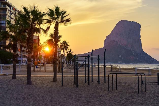 Sonnenaufgang zwischen den gebäuden im ferienkomplex am strand. calpe-alicante.