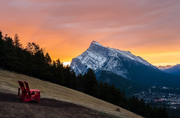 Sonnenaufgangansicht des bergs rundle in nationalpark banff