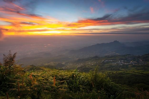 Sonnenaufgangbergblick von hügel panorama phu tab berk in phetchabun, thailand