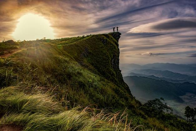 Sonnenaufgangszene mit der spitze des berges und des cloudscape an phu-chi-fa in chiangrai, thailand
