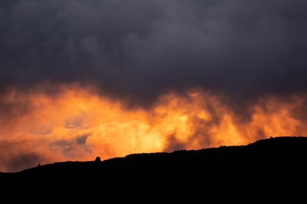 Sonnenaufgangteleaufnahmeabschluß herauf berge