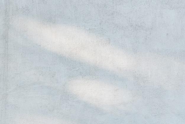 Sonnenblendung auf einem hellen rauen vergipsten wandhintergrund