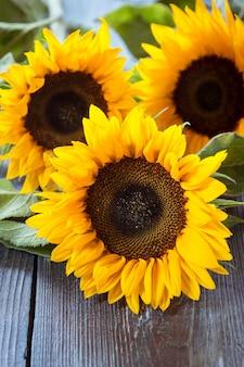 Sonnenblumen auf dem tisch