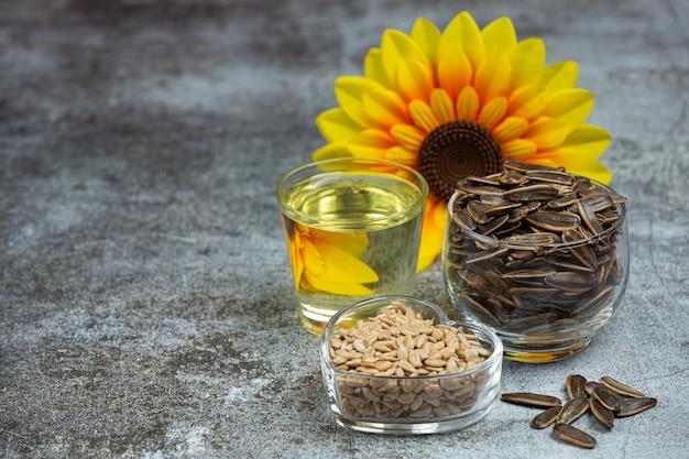 Sonnenblumenöl auf dem tisch