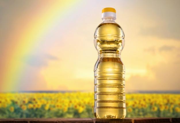 Sonnenblumenöl auf einem sonnenblumenfeldhintergrund