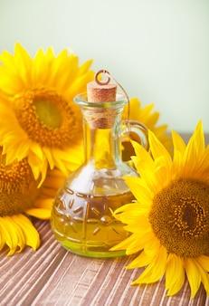 Sonnenblumenöl in einer flasche auf dem holztisch