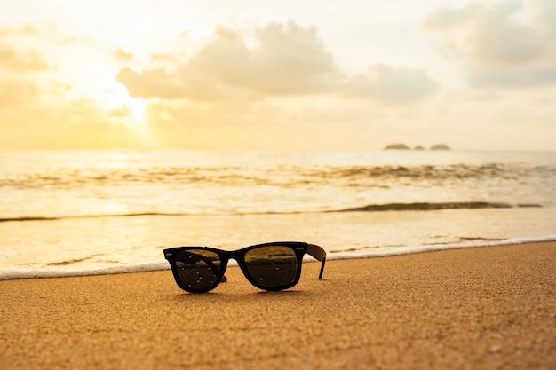 Sonnenbrille am tropischen strand.