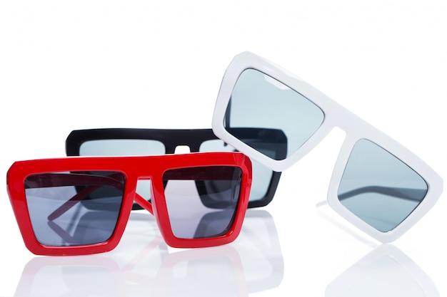 Sonnenbrille auf dem tisch