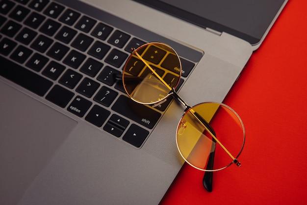 Sonnenbrille auf der tastatur.