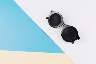 Sonnenbrille auf geometrischen Hintergrund