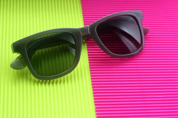 Sonnenbrille auf modischem minimalem mehrfarbenhintergrund