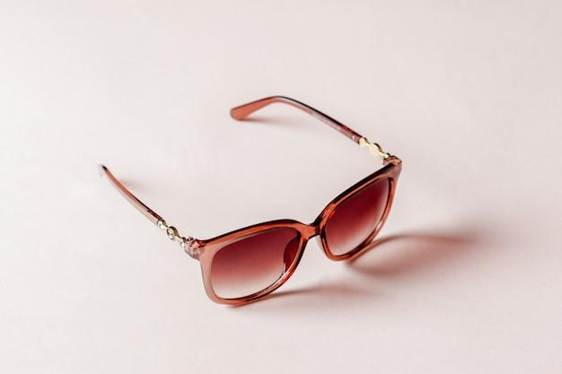Sonnenbrille auf rosa